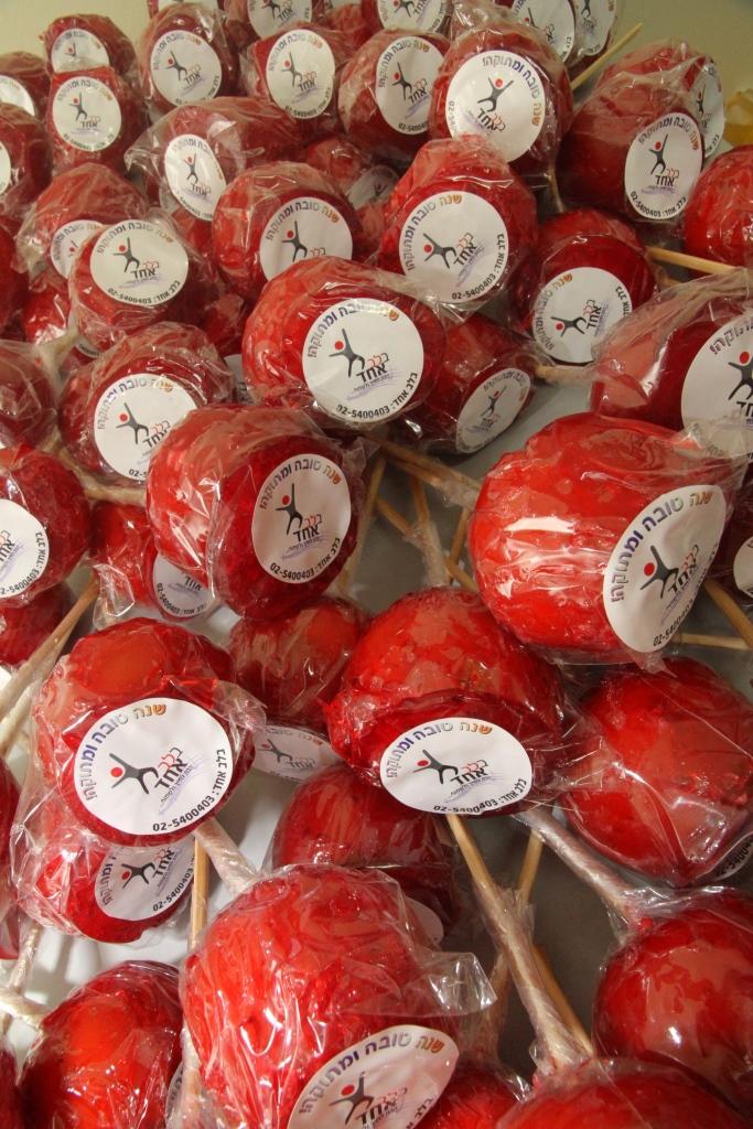 בלב אחד חלוקת תפוחים